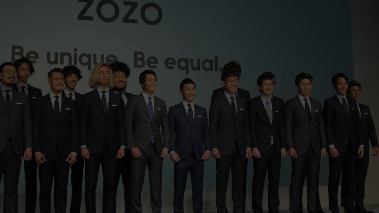 ゾゾのビジネススーツを着用して発表会に登壇した前澤友作代表取締役社長(中央)とスタートトゥデイ社員