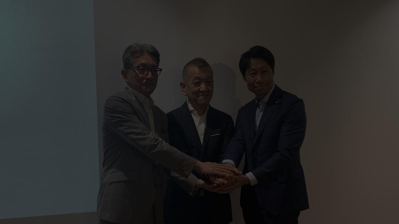(左から)ワールド 上山 健二代表取締役 社長執行役員、アンドブリッジ 松下剛代表取締役、ゴードン・ブラザーズ・ジャパン 田中健二代表取締役社長(CEO)