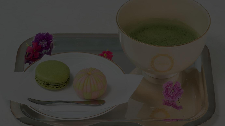 和菓子・マカロン・抹茶のセット(写真は「手毬」)