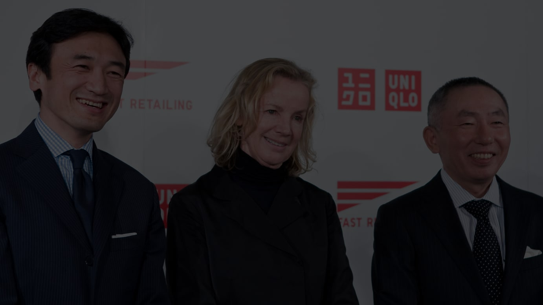 デザインコンサルティング契約締結時の記者会見の模様(左からファーストリテイリング執行役員の勝田幸宏氏、ジル・サンダー、会長の柳井正氏)※写真は2009年撮影