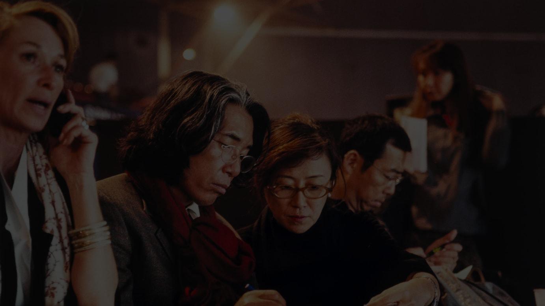 高田賢三と鈴木三月(1999年10月「KENZO 30ANS」舞台裏にて)