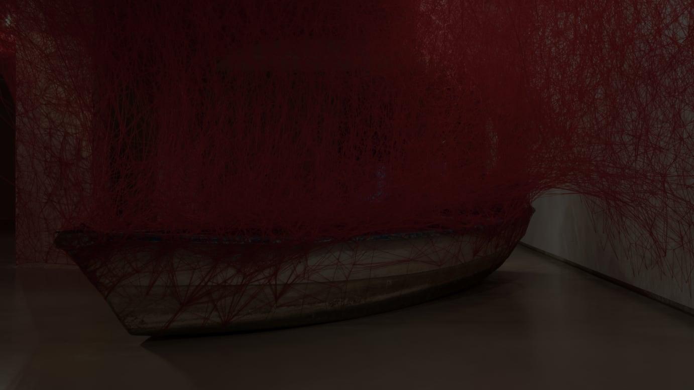 塩田 千春《Uncertain Journey》 2017 Installation: wooden boats, red wool Mu.ZEE, Oostende, Belgium, Photo by Nele Thorrez ©JASPAR, Tokyo, 2021 and Chiharu Shiota group show: The Raft-Art is (not) Lonely ※参考作品