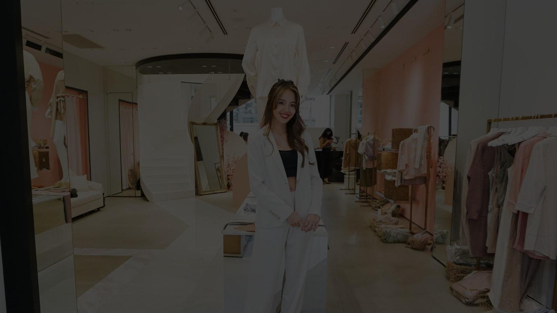 「アマテラス」初の展示会会場で取材に応じた佐藤マクニッシュ怜子