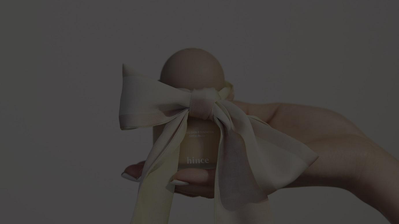 「セカンドスキン」リキッドファンデーションとノベルティのオリジナルスカーフ