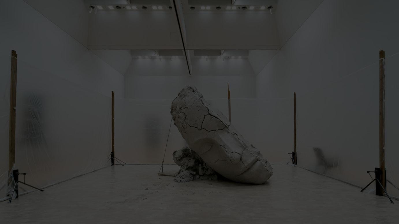 マーク・マンダース《乾いた土の頭部》2015-16  作家蔵(特別展示)Courtesy of Zeno X Gallery, Antwerp Photo: IMAI Tomoki