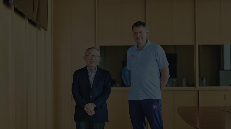 ファーストリテイリングの代表取締役会長兼社長を務める柳井正氏(左)と、スウェーデンオリンピック委員会のCEOピーター・レイネボ氏(右)