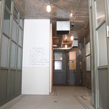 フロアの中央に設けられた廊下