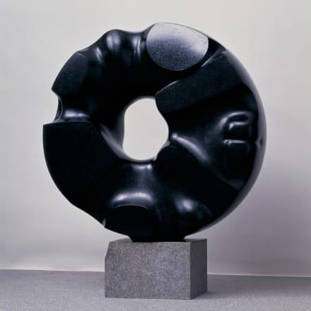 イサム・ノグチ《黒い太陽》1967-69年、スウェーデン産花崗岩、国立国際美術館蔵©2020 The Isamu Noguchi Foundation and Garden Museum/ARS, NY/JASPAR, Tokyo E3713