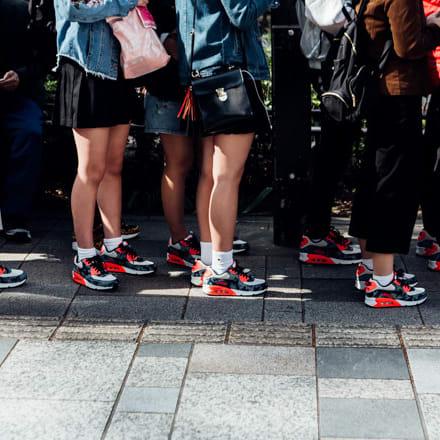 人気モデル発売日にドレスコードを着用した行列(2018年撮影) Image by FASHIONSNAP.COM
