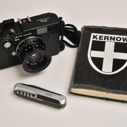 カメラ、取材手帳など