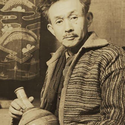 ホームスパンを着用する柳宗悦 日本民藝館にて 1948年 日本民藝館