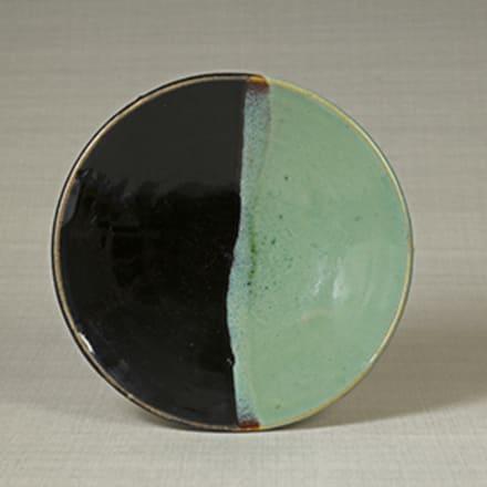 《緑黒釉掛分皿》 鳥取県・牛ノ戸 1930年代 日本民藝館