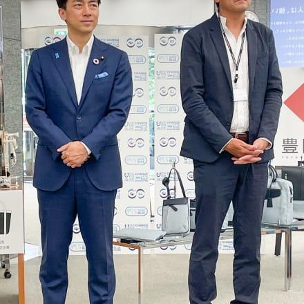 (左から)小泉進次郎 環境大臣、兵庫県鞄工業組合 由利昇三郎理事長 Image by FASHIONSNAP