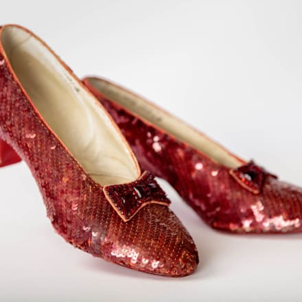 「オズの魔法使いThe Wizard of Oz)」(1939年)でドロシ ーが履いたルビーの靴。エイドリアン(Adrian)のデザ インアカデミー映画博物館写真:ジョシュア・ホワイト 、JW Pictures/©Academy Museum Foundation