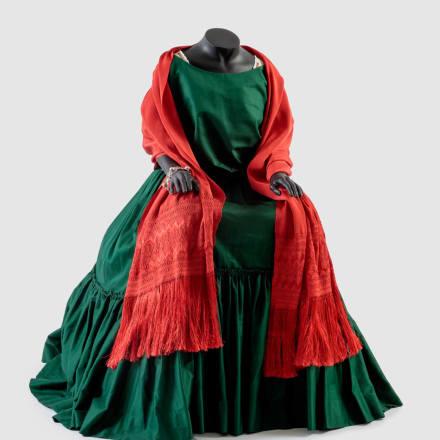 映画「フリーダ(Frida)」(2002年)で、フリーダ・カ ーロ(Frida Kahlo)を演じたサルマ・ハエック(Salma  Hayek)衣装デザイン、ジュリー・ワイス(Julie Weiss) アカデミー映画博物館匿名の篤志家の寄付写真:ジョシ ュア・ホワイト(Josh White)、JW Pictures/©Academy  Museum Foundation