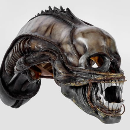 「エイリアン(Alien)」(1979年)で使用された、H.R. ギーガー(H.R.Giger)デザイン、制作のエイリアンの頭 部アカデミー映画博物館写真:ジョシュア・ホワイト、 JW Pictures/©Academy Museum Foundation