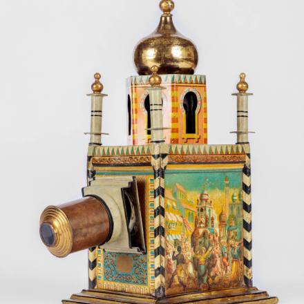 「1001夜(1001 Nacht)」の魔法のランプのおもちゃ、 装飾的なミナレットつきアカデミー映画博物館写真:ジ ョシュア・ホワイト、JW Pictures/©Academy Museum  Foundation