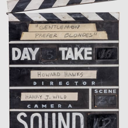 「紳士は金髪がお好き(Gentlemen Prefer Blondes)」( 1953年)のカチンコアカデミー映画博物館写真:ジョシ ュア・ホワイト、JW Pictures/©Academy Museum  Foundation