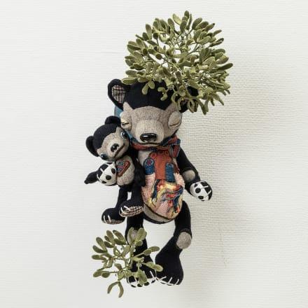 今井昌代「Kissing under the mistletoe」2020年  ウール素材、化繊綿、ハードボードジョイント他 焼き物目玉(絵付け協力:ヒグチユウコ)