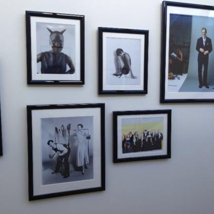 9階と10階をつなぐ階段には、広告キャンペーンのアーカイブなどを展示