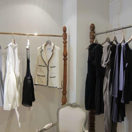 「Maison de Reefur」中央のホワイトジャケットはシャネル