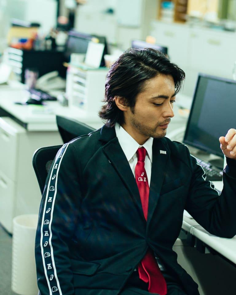 ジャージ・ ミーツ・スーツを着た山田孝之