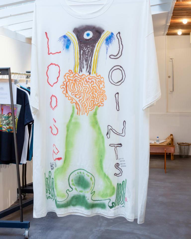 五木田智央がデザインしたダブルベットサイズのTシャツの展示