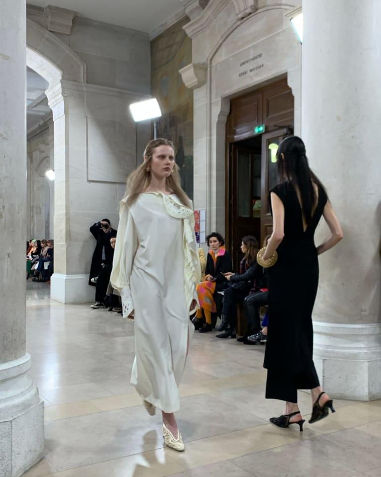 「マメ クロゴウチ」が今年2月にパリで開催した2020年秋冬コレクションショーの様子