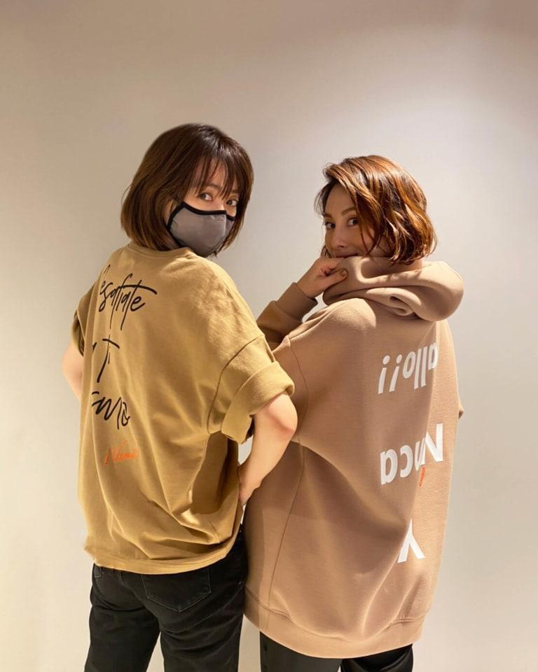 (左から)コラボアイテムを着用したヨンア、米倉涼子
