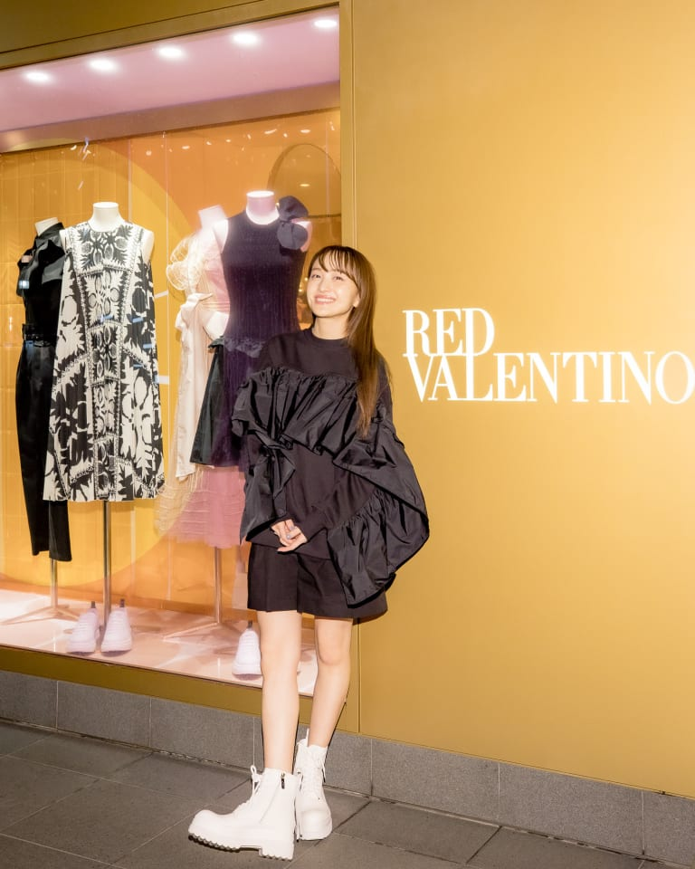 TOP / THE BLACK TAG CAPSULE RUFFLE TOPS/ ¥72,000  SHORTS / BLACK SHORTS / ¥40,000  BOOTS / LYE(RED) SOLE / ¥76,000  BAG / ROCK RUFFLES / ¥54,000