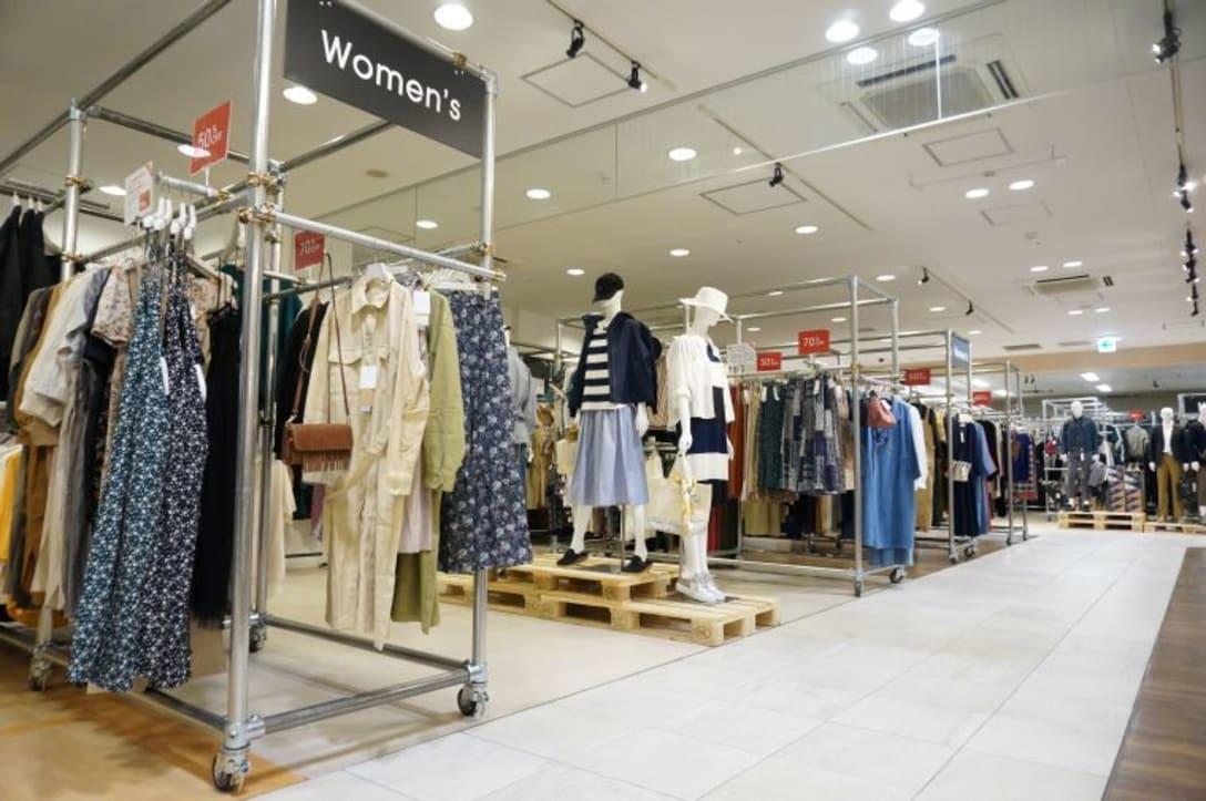 浅草に開いた新店舗。30~40代の働く女性を主対象とし、トレンドを意識した品揃えにしている