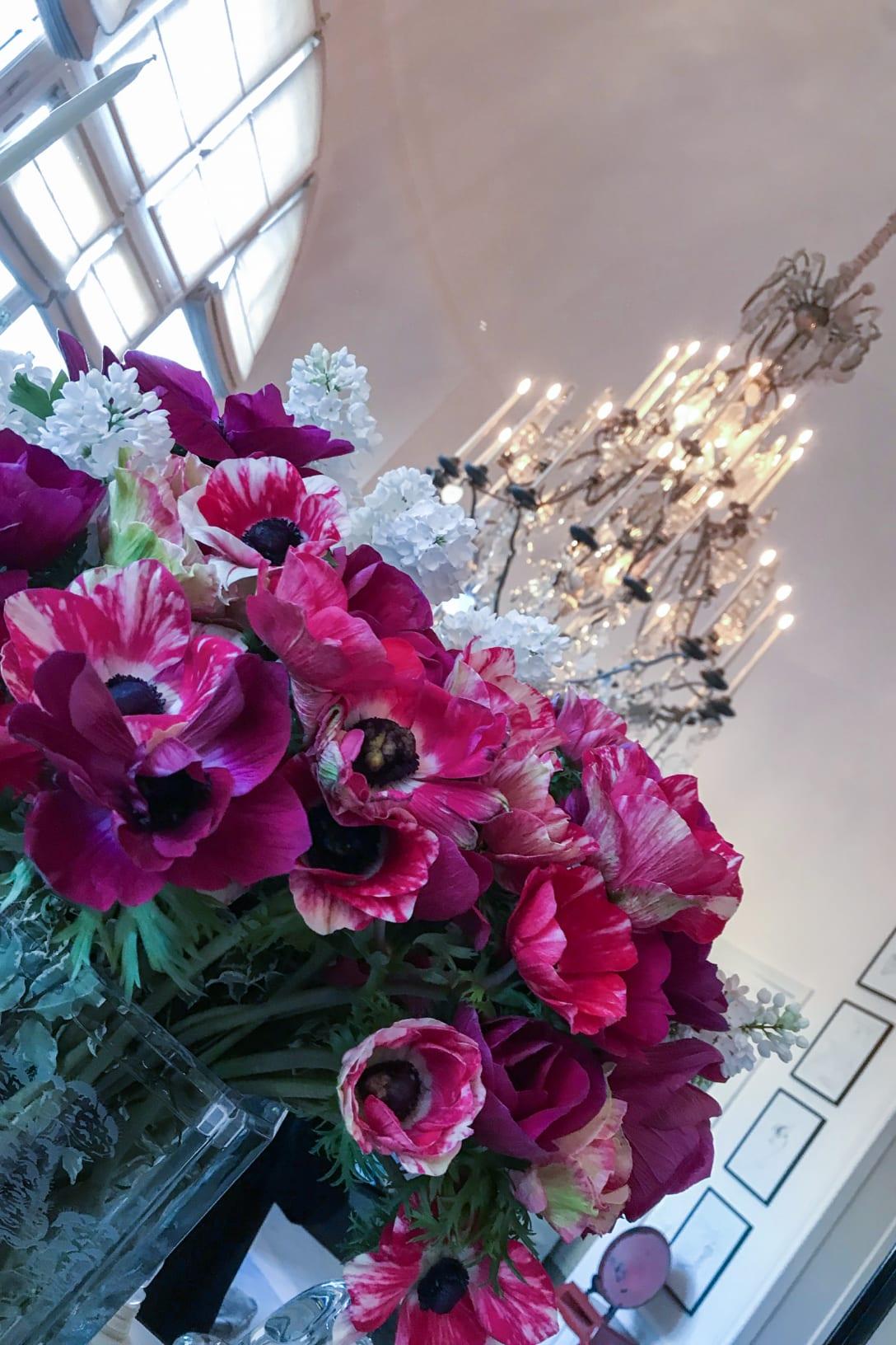 自宅を飾る花とシャンデリア(筆者提供)