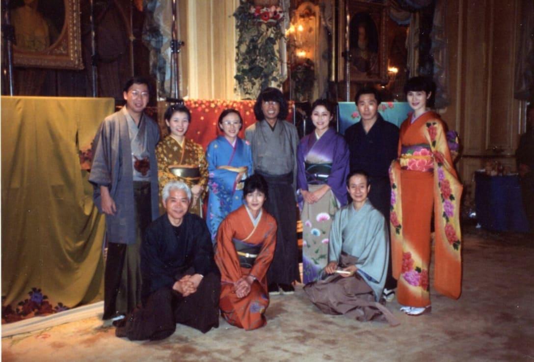 1993年、京都の着物「千吉」とライセンス契約。ホテル リッツ パリで初披露した。中央:高田賢三(筆者提供)