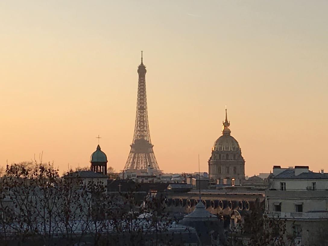 アパルトマンの窓からの眺め。美しい夕陽とエッフェル塔が一望できた。(筆者提供)