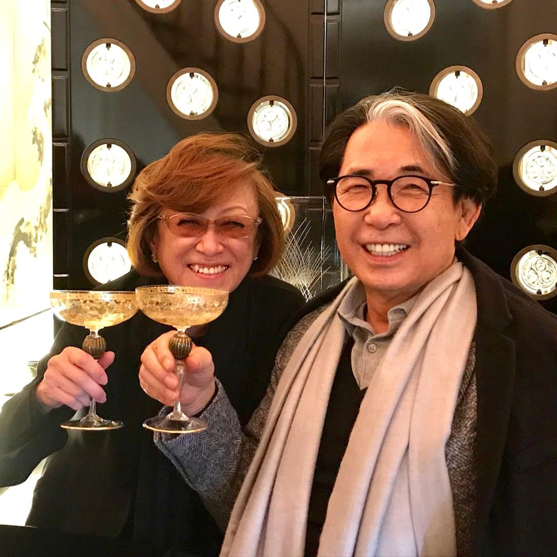 高田賢三とバカラのコラボレーションによって制作された屏風の前で、鈴木三月と高田賢三(2019年、筆者提供)