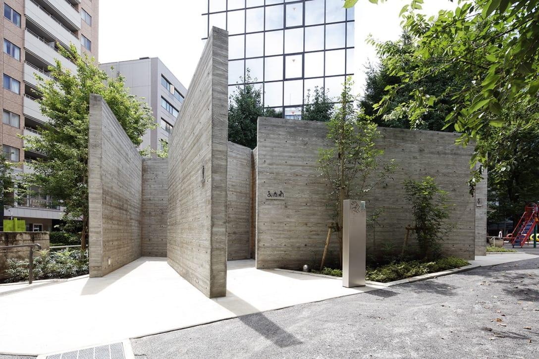 """2020年8月竣工。渋谷区内公共トイレプロジェクト「THE TOKYO TOILET」の一つ、恵比寿公園トイレ。縄文時代早期のプリミティブなトイレをイメージしながら、15枚の壁を組み合わせて""""現代の川屋(厠)""""をコンセプトにデザインした。photo: Kozo Takayama"""