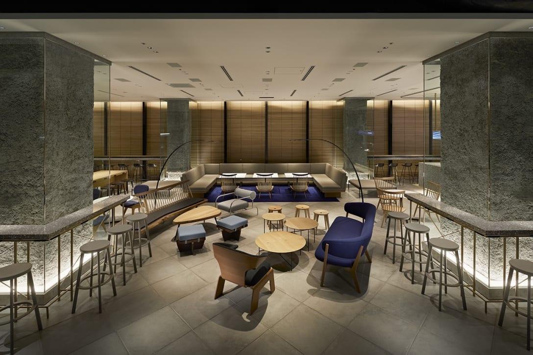 """2020年に開業した虎ノ門ヒルズビジネスタワーの4階に位置する「インキュベーションセンターARCH」。大企業の新規事業創発に特化した約3,800平方メートルの大規模インキュベーションセンターを、""""未来の数奇屋""""、そして日本固有の空間概念である""""空""""と""""間""""をキーワードにデザインした。(画像はARCH CAFE & BAR)photo: Nacasa & Partners Inc."""