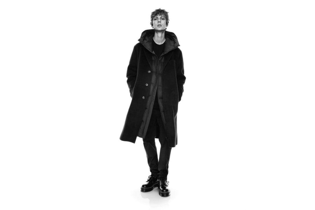 「ライトダウンボリュームロングフーデッドコート」に「カシミヤブレンドオーバーサイズチェスターコート」を重ね着したヴィジュアル Image by UNIQLO