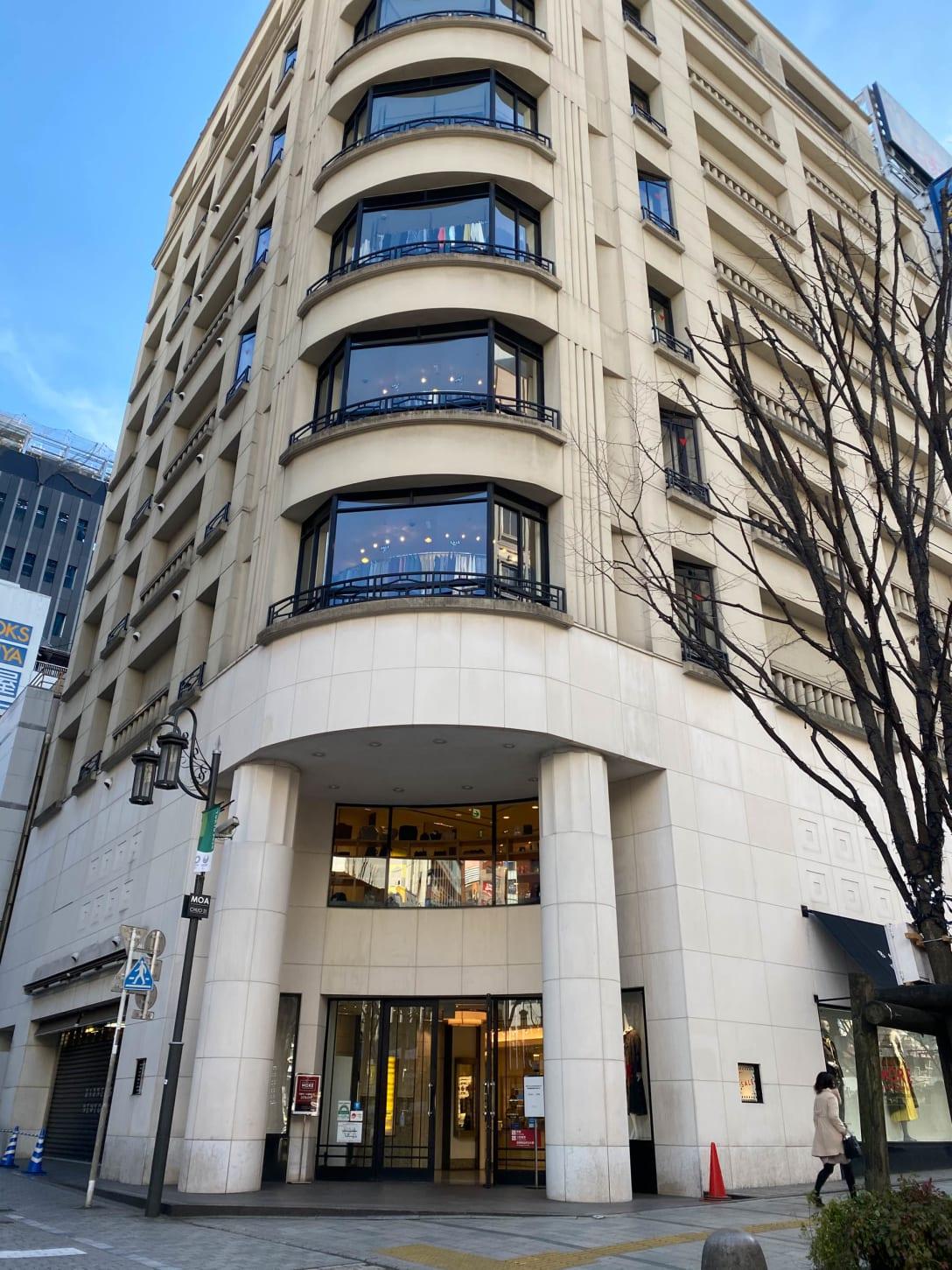 バーニーズ ニューヨーク新宿店 外観 Image by FASHIONSNAP.COM