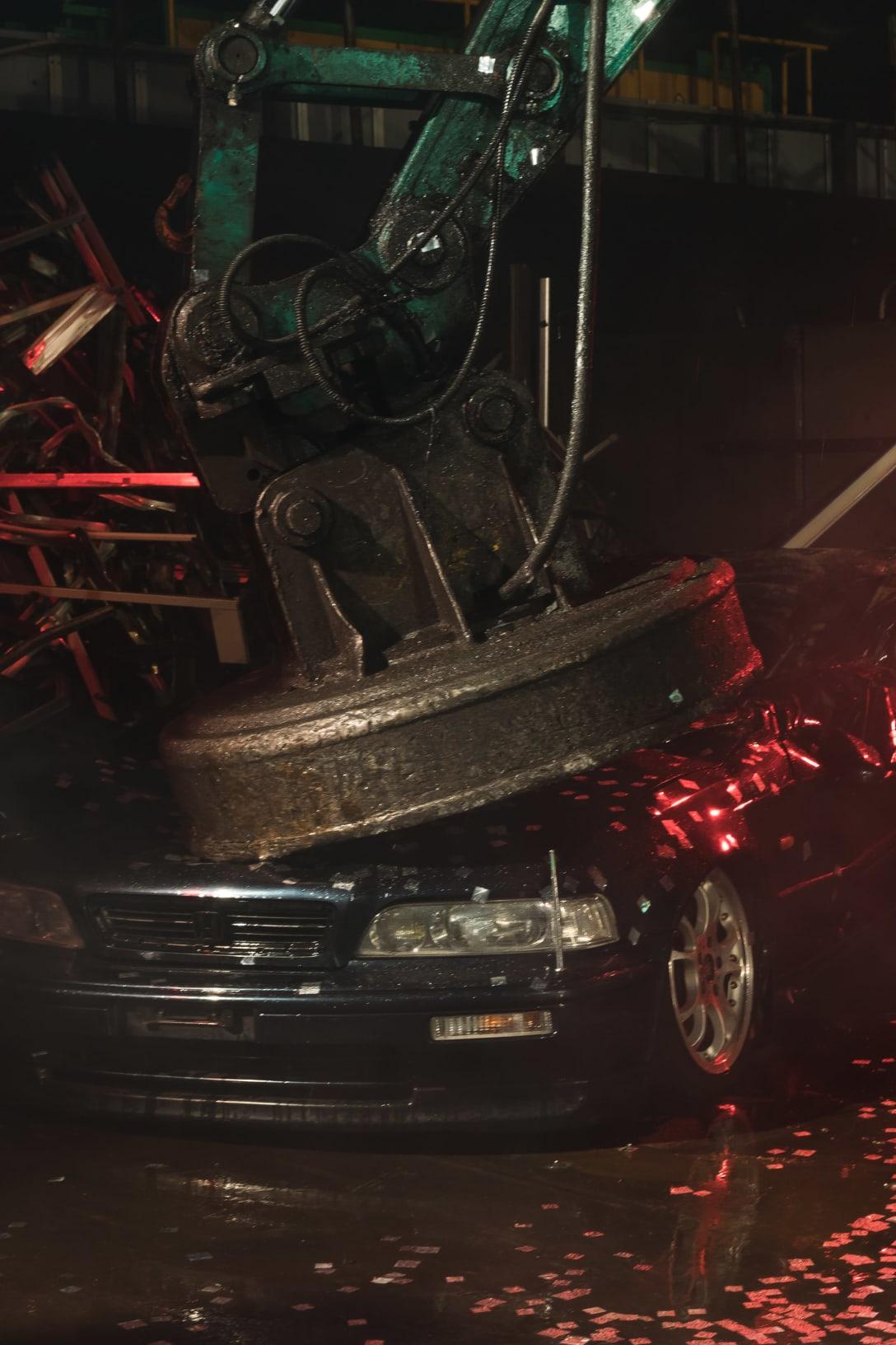 ユンボに潰される車 Image by FASHIONSNAP.COM