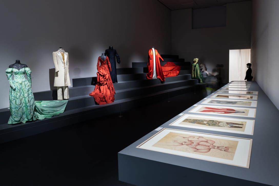 展示室内には映画「ドラキュラ」の衣装をはじめ、石岡のデッサンなどが展示されている