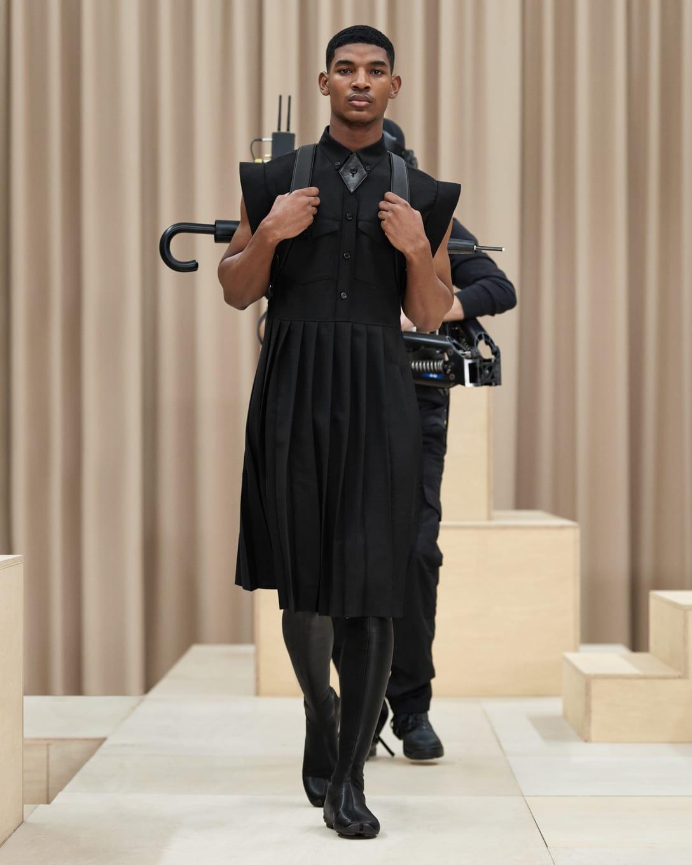 ノースリーブのドレスにソックスブーツを合わせて Image by (c)Courtesy of Burberry
