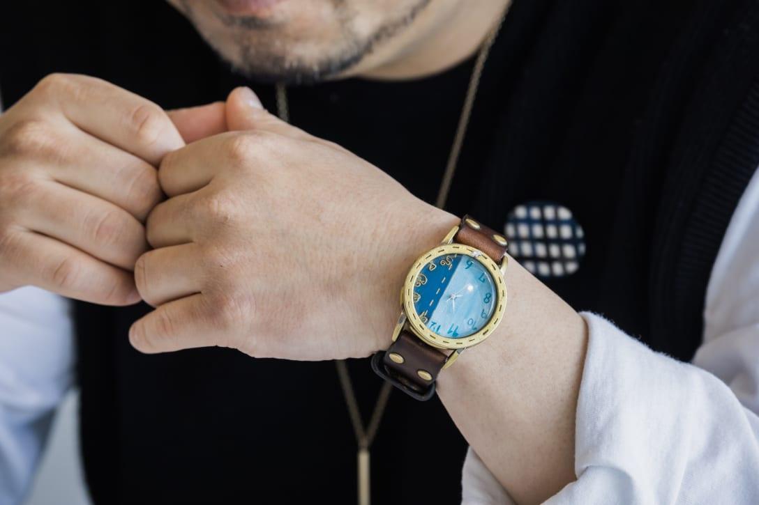 腕時計はクリーマに出品している作家Tegamiの作品を愛用。