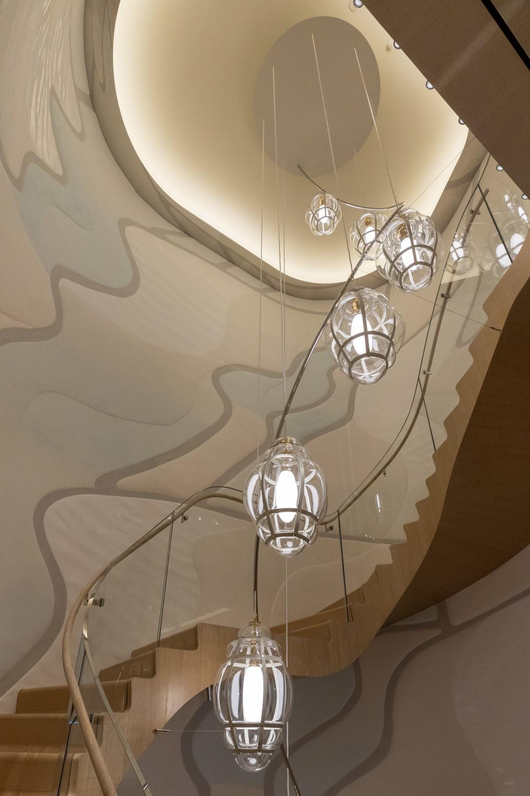 藤村喜美子の作品「Wave Blue Line」を石膏で表現した2階から4階のフィーチャーウォール Image by FASHIONSNAP.COM