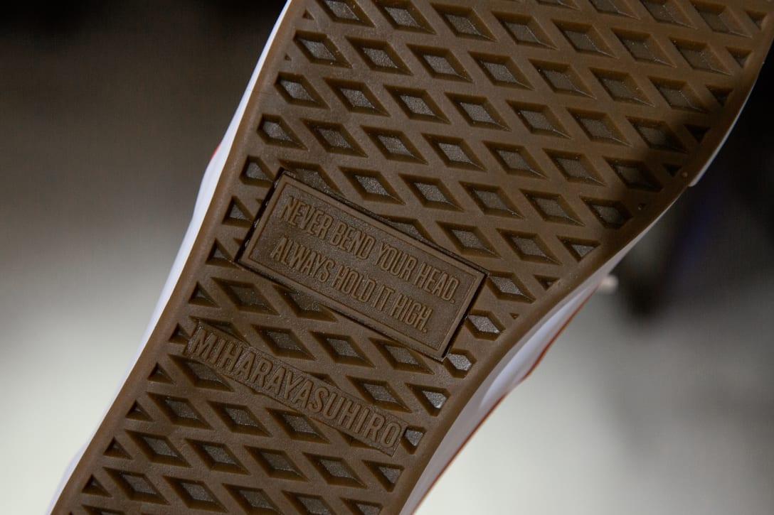 ソールにデザインされたヘレン・ケラーの格言