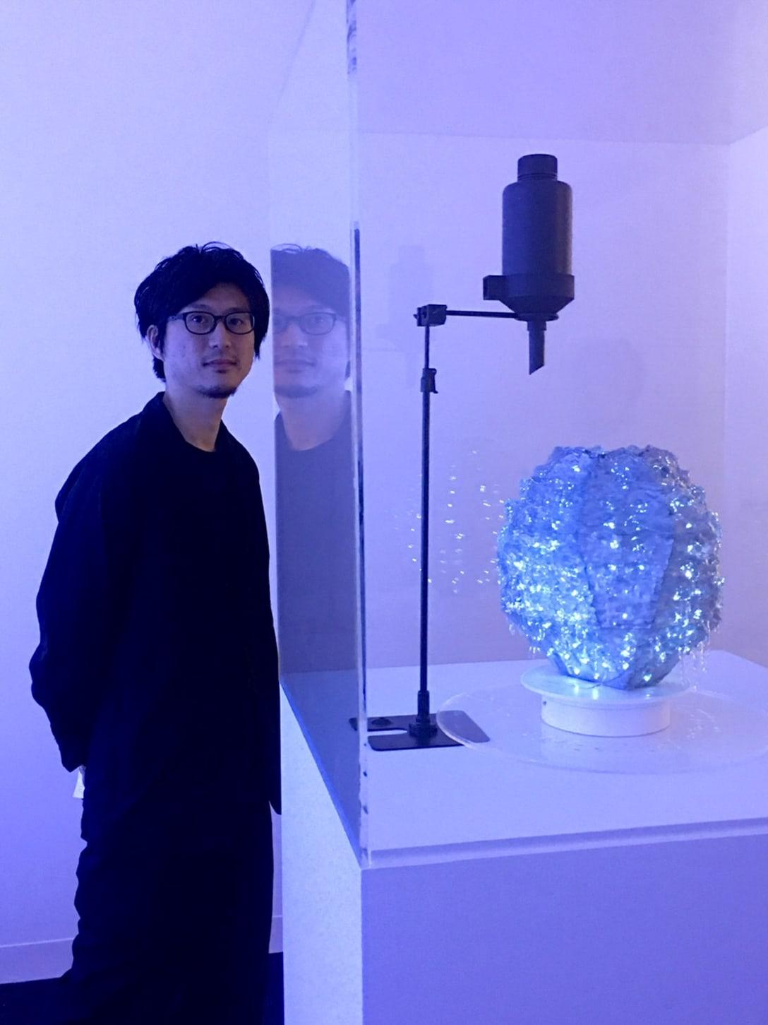 タクトプロジェクトの作品「glow ⇄ grow : pottery」と代表の吉泉聡。 2019年12月、注目を集めたデザイン・マイアミでの展示の様子。Image by Ryuko Kida