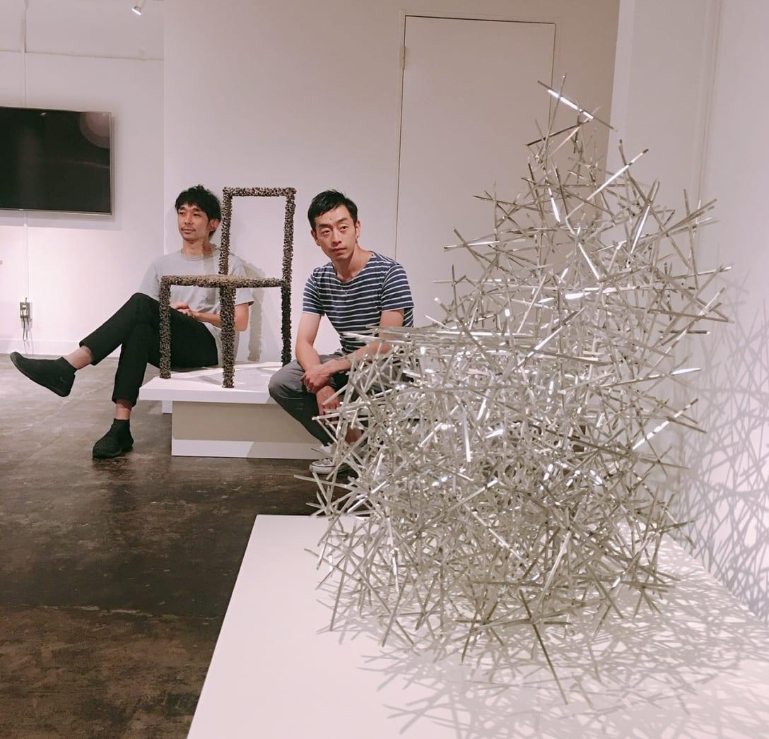 we+の作品「Heap」(手前)と「Drought」(奥)。日本で未開拓のコンテンポラリーデザインの分野を切り拓く安藤北斗(左)と林登志也(右)。Image by Ryuko Kida
