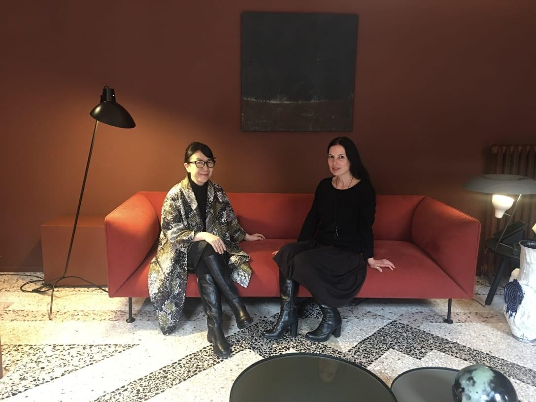 ミラノデザインウィーク取材中の木田隆子(左)。 2019年 4月、最近話題のミラノの実力派女性デザイナー エリザ・オッシノ(右)の展示会場にて。 Image by Ryuko Kida