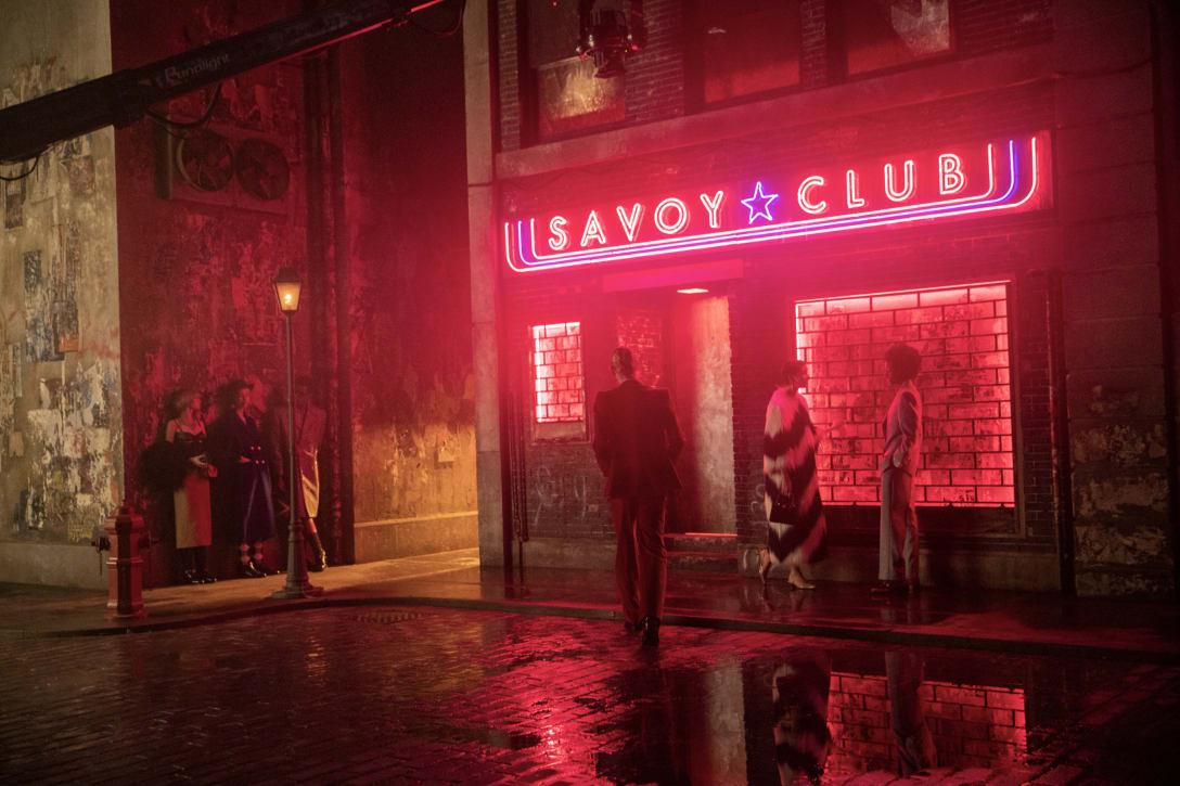 「SAVOY CLUB」に入る一人の男 Image by Kevin Tachman