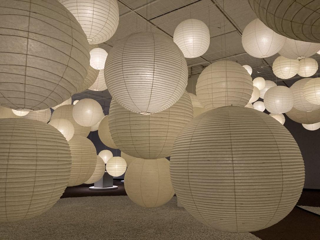 第1章「彫刻の宇宙」の展示風景、「あかり」のインスタレーション